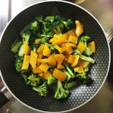 Os brócolis crus e a pimenta doce em uma bandeja, aprontam-se para cozinhar Fotos de Stock