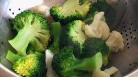 Os brócolis e a couve-flor são cozinhados Close-up vídeos de arquivo