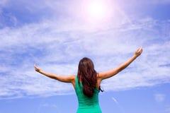 os braços abrem no céu Fotografia de Stock Royalty Free