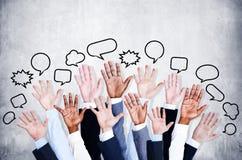 Os braços de pessoa de negócio aumentados com bolha do discurso Foto de Stock Royalty Free