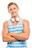 Os braços de sorriso consideráveis do homem novo dobraram-se isolado no backgro branco fotografia de stock royalty free