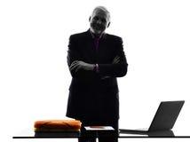 Os braços eretos superiores do homem de negócio cruzaram a silhueta de sorriso Imagens de Stock Royalty Free