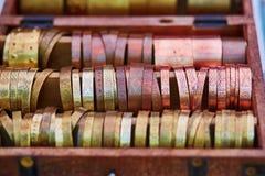 Os braceletes metálicos venderam na feira da Páscoa em Vilnius Imagens de Stock