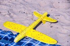 Os brinquedos aplanam na areia Feriado e f?rias foto de stock royalty free