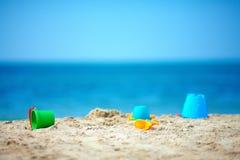 Os brinquedos da criança na praia do verão Imagens de Stock Royalty Free