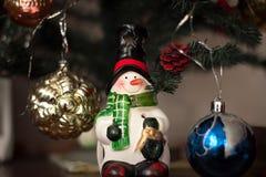 Os brinquedos de ano novo em um abeto Fotos de Stock Royalty Free