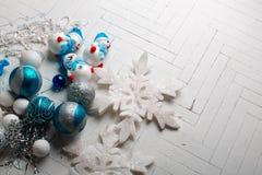 Os brinquedos de ano novo em um fundo branco Fotografia de Stock