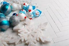 Os brinquedos de ano novo em um fundo branco Imagens de Stock