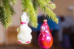 Os brinquedos de ano novo em uma árvore Fotos de Stock Royalty Free