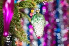 Os brinquedos de ano novo em uma árvore Imagens de Stock