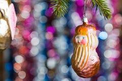 Os brinquedos de ano novo em uma árvore Fotos de Stock
