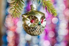 Os brinquedos de ano novo em uma árvore Imagens de Stock Royalty Free