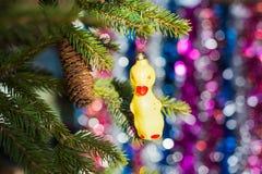 Os brinquedos de ano novo em uma árvore Fotografia de Stock Royalty Free