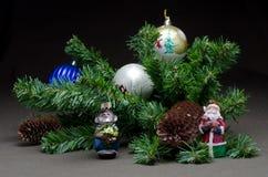Os brinquedos de ano novo na árvore de abeto do fundo Fotos de Stock Royalty Free