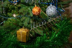 Os brinquedos de ano novo na pele-árvore decorada Fotos de Stock Royalty Free