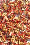 Os brinquedos de madeira em um mercado estão, vertical Foto de Stock