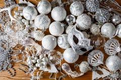 os brinquedos de prata do Natal encontram-se em uma tabela de madeira na véspera de Ano Novo imagens de stock