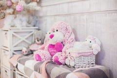 Os brinquedos do luxuoso sentam-se no banco fotografia de stock royalty free