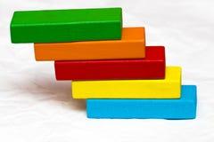 Os brinquedos obstruem a escada da etapa, construindo tijolos sobre o backgro branco da cor fotos de stock