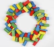 Os brinquedos obstruem o quadro do círculo, tijolos de madeira multicoloridos Foto de Stock Royalty Free