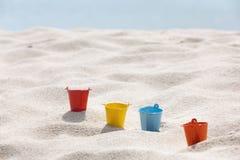 Os brinquedos puseram sobre a praia branca da areia ilustração do vetor