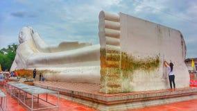 Os budistas são homenagem do pagamento de mérito a Lord Buddha Imagens de Stock Royalty Free