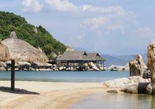 Os bungalows de madeira na came Ranh latem em Nha Trang, Vietname fotos de stock