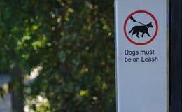 Os cães devem estar no sinal da trela fotos de stock royalty free