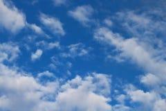 Os céus azuis e as nuvens brancas são modelados belamente Fotos de Stock Royalty Free
