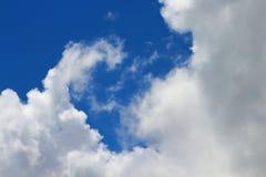 Os céus azuis e as nuvens brancas são modelados belamente Imagens de Stock Royalty Free