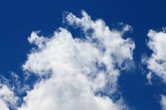 Os céus azuis e as nuvens brancas são modelados belamente Foto de Stock Royalty Free