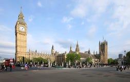 Os céus azuis sobre Big Ben e a casa do parlamento como turistas apreciam Londres Imagens de Stock Royalty Free