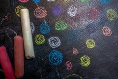 Os círculos coloridos são tirados com giz fotografia de stock