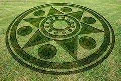 Os círculos concêntricos star o círculo falsificado da colheita no prado imagens de stock