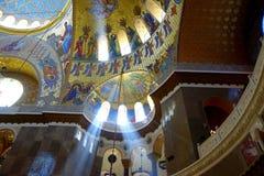 Os córregos da luz iluminam o interior da catedral naval foto de stock royalty free