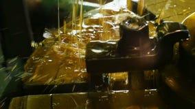 Os córregos refrigerando da graxa do close up fluem abaixo da máquina do torno vídeos de arquivo