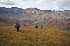 Os caçadores três cavalos retornaram com um troféu após uma caça imagem de stock royalty free