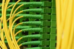 Os cabos óticos da fibra com conectores datilografam a SC-APC o único modo fotos de stock royalty free