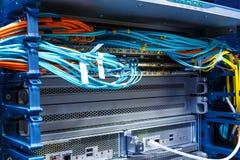 Os cabos de fibra ótica conectaram ao portos óticos e os cabos da rede de UTP conectaram às portas ethernet foto de stock royalty free