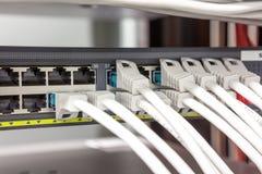Os cabos do computador construíram a tomada imagens de stock royalty free