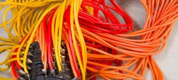 Os cabos paralelos comutam Grupos coloridos dos fios Detalhe do dispositivo eletrónico imagens de stock royalty free