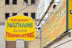 Os cachorros quentes Coney Island de Nathan Fotos de Stock Royalty Free