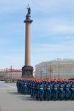 Os cadete das meninas da academia do ministério das situações de emergência na formação no palácio esquadram Ensaio de parada em  Foto de Stock Royalty Free