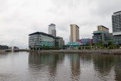 Os cais de Salford com a cidade dos meios na vista fotos de stock