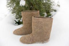 Os calçados tradicionais nacionais velhos do inverno do russo são bota sentida O valenki do nome significa literalmente feito pel fotos de stock