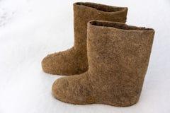 Os calçados tradicionais nacionais velhos do inverno do russo são bota sentida O valenki do nome significa literalmente feito pel imagem de stock royalty free