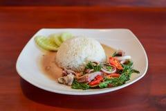 Os calamares fritaram com pimenta e basílico no arroz Foto de Stock