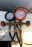 Os calibres do líquido refrigerante, equipamento de medição para investigam e reabastecimento dos condicionadores de ar Manômetro foto de stock