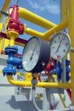 Os calibres estão na estação do compressor de gás Fotos de Stock Royalty Free