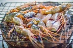 Os camarões e os calamares grelhados no fogão do carvão vegetal na noite party Sea Imagens de Stock Royalty Free